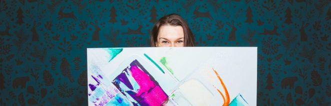 Marie-Josée Lépine derrière une de ses toiles